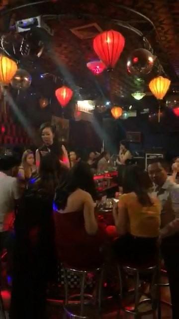 An choi thau dem trong quan bar 141 Nguyen Dinh Chinh