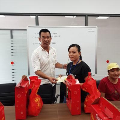 Anh Phạm Văn Có (trái) thăm và tặng quà cho công nhân khó khăn