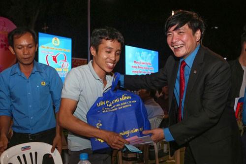10 cán bộ Công đoàn nhận Giải thưởng Nguyễn Văn Linh - Ảnh 1.