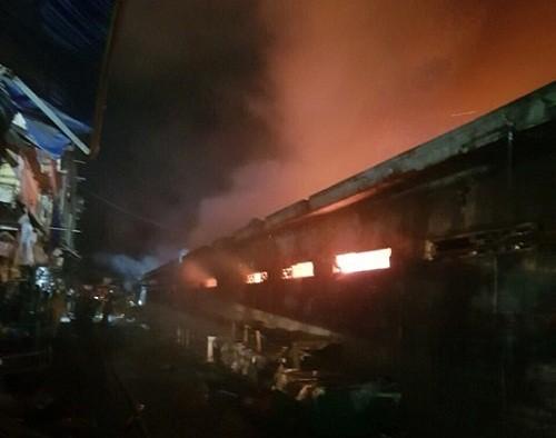 Cháy chợ kinh hoàng, gần 50 ki ốt thành tro - Ảnh 2.