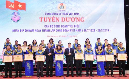 CÔNG ĐOÀN DỆT MAY VIỆT NAM: Khen thưởng cán bộ Công đoàn và công nhân tiêu biểu - ảnh 1