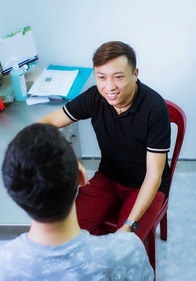 [eMagazine] - Chuyện của Phong, người tiên phong phòng, chống HIV/AIDS - Ảnh 2.