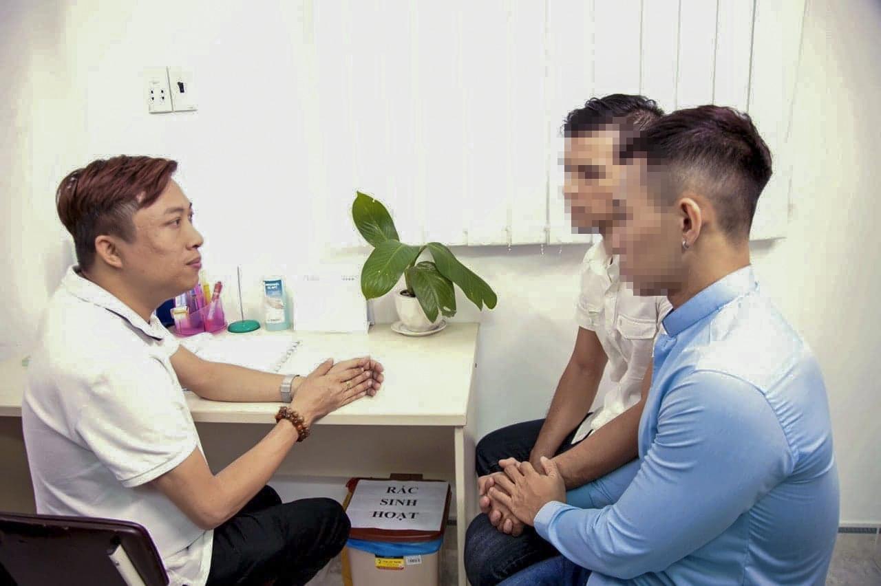 [eMagazine] - Chuyện của Phong, người tiên phong phòng, chống HIV/AIDS - Ảnh 10.
