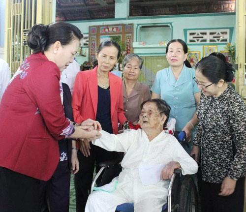 Chủ tịch Quốc hội thăm gia đình chính sách - Ảnh 1.