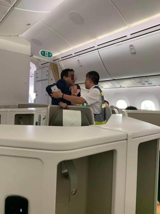 Cảng vụ hàng không lên tiếng việc nam hành khách sàm sỡ cô gái trên máy bay - Ảnh 1.