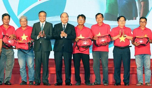 Thủ tướng trao cờ Tổ quốc cho ngư dân - Ảnh 1.