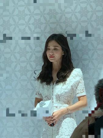 Song Hye Kyo gầy gò xuất hiện lần đầu sau ly hôn - Ảnh 2.