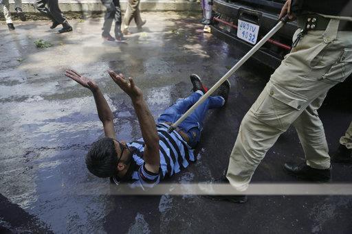 Báo vợ bị cưỡng hiếp, người đàn ông liền bị cảnh sát đánh - Ảnh 1.