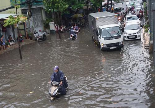 Tình trạng lún mặt đất khiến nhiều tuyến đường ở TP HCM đã ngập càng thêm ngập Ảnh: GIA MINH