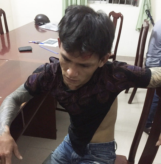 Công an viên bị nam thanh niên dùng dao đâm nhập viện - Ảnh 2.