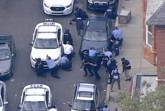 Vừa livestream, vừa xả súng hàng loạt cảnh sát tại Mỹ - Ảnh 1.