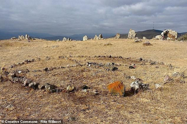 Thạch trận kỳ bí 7.500 năm: chiêm tinh đài hay lăng mộ? - Ảnh 2.