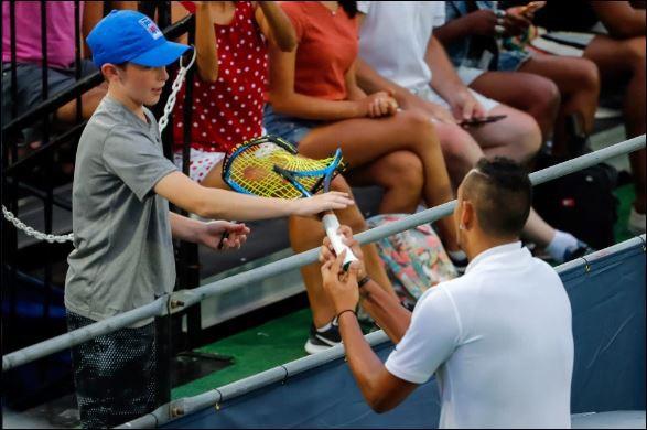 Nick Kyrgios đập gãy vợt, tranh cãi và từ chối bắt tay trọng tài - Ảnh 3.