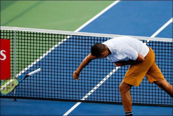 Nick Kyrgios đập gãy vợt, tranh cãi và từ chối bắt tay trọng tài - Ảnh 1.