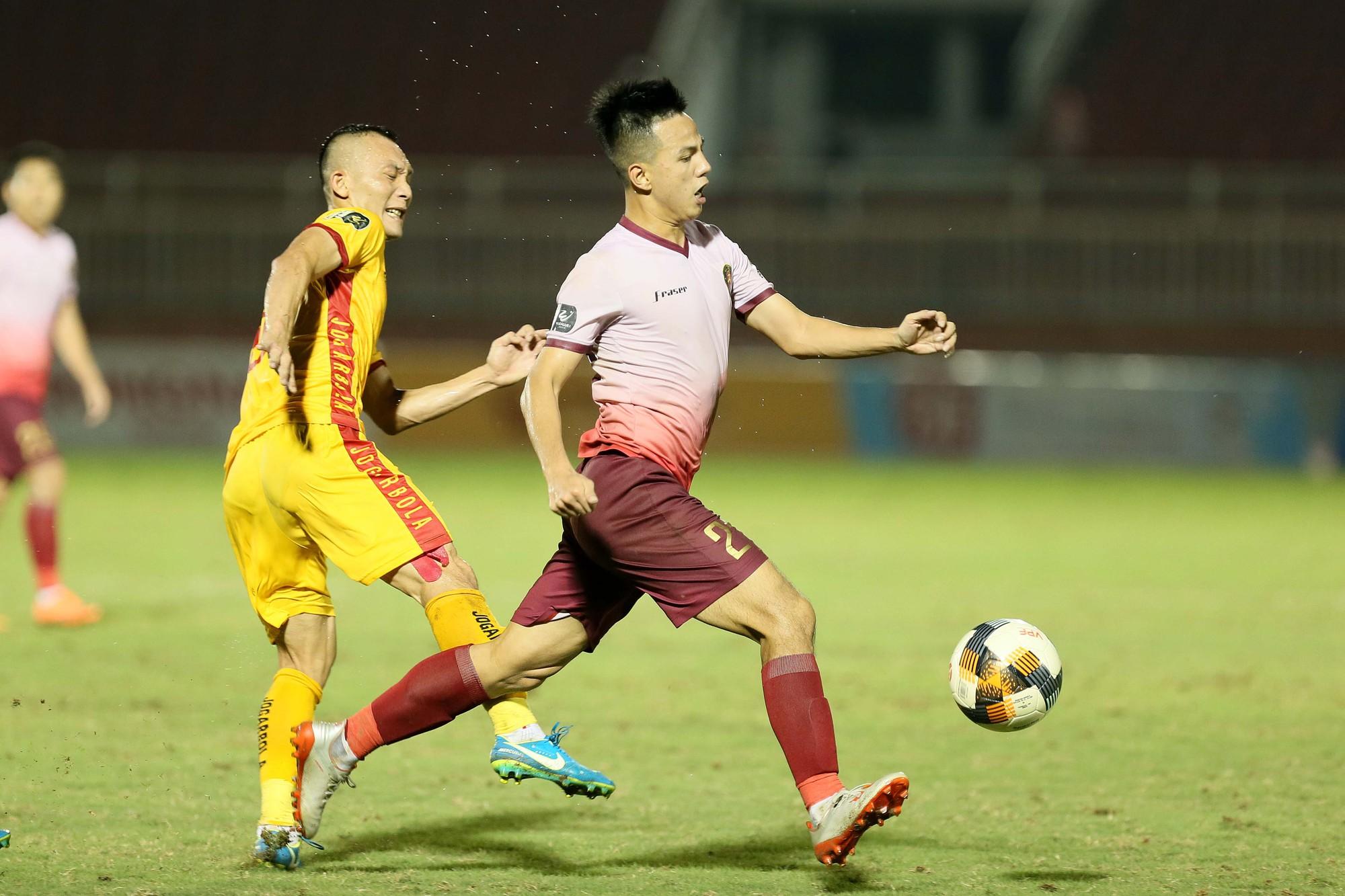 Cầu thủ Thanh Hoá khóc nức nở sau trận thua Sài Gòn FC - Ảnh 2.