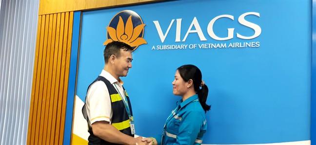 Ông Trần Anh Tuấn, Đội trưởng Đội Dịch vụ trên tàu của VIAGS, thay mặt lãnh đạo tuyên dương chị Phùng Thị Ngọc