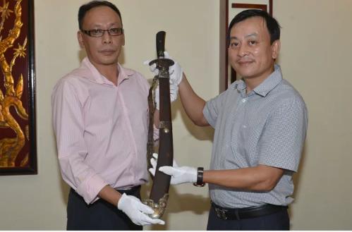 Cháu nội vua Mèo hiến tặng gươm quý cho Bảo tàng Hồ Chí Minh - Ảnh 1.