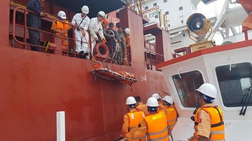 Cứu nạn thuyền viên Philippines bị liệt nửa người trên biển - Ảnh 1.