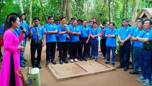 Cán bộ Công đoàn TP HCM về thăm quê Bác - Ảnh 1.