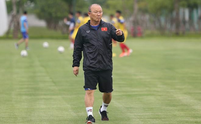 HLV Park Hang-seo tìm thêm thủ môn giỏi dự phòng cho Bùi Tiến Dũng - Ảnh 1.