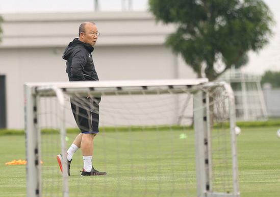 HLV Park Hang-seo tìm thêm thủ môn giỏi dự phòng cho Bùi Tiến Dũng - Ảnh 3.