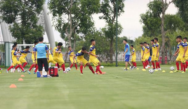 HLV Park Hang-seo tìm thêm thủ môn giỏi dự phòng cho Bùi Tiến Dũng - Ảnh 2.