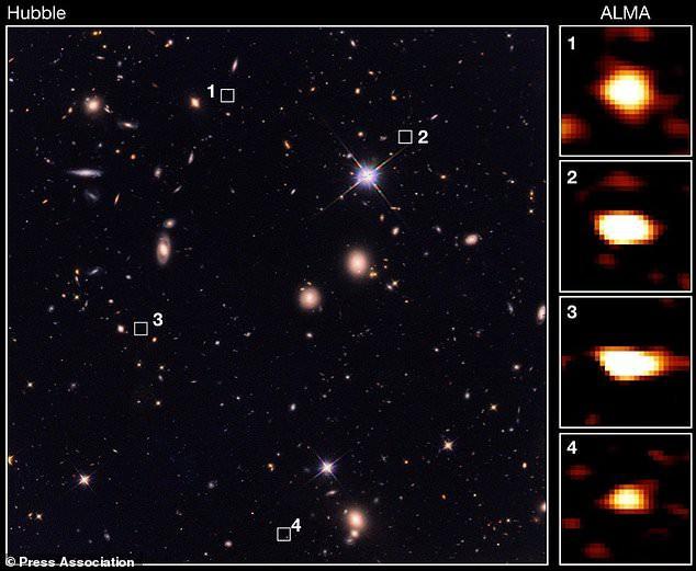 """4 trong số 39 thiên hà """"bóng ma"""" từ hình ảnh của ALMA (phải) được đánh dấu vị trí bằng ô vuông trong ảnh chụp vũ trụ của Hubble. Chúng hoàn toàn vô hình trước mắt """"gã thợ săn"""" Hubble của NASA - ảnh: HUBBLE/ALMA"""