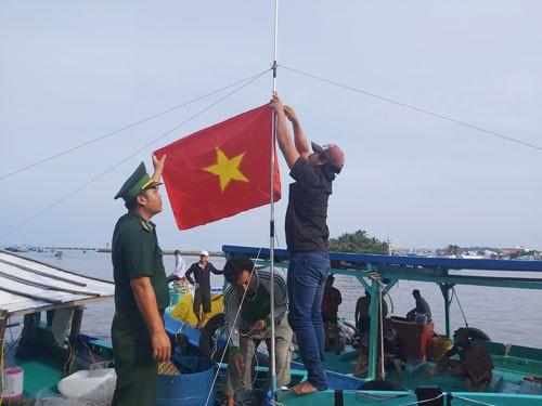 3.000 lá cờ Tổ quốc trao tặng ngư dân Phú Quốc - Ảnh 1.