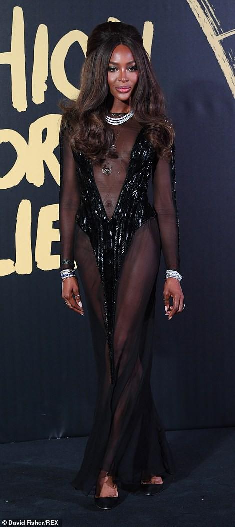 Báo đen Naomi Campbell gợi cảm với đầm xuyên thấu - Ảnh 2.