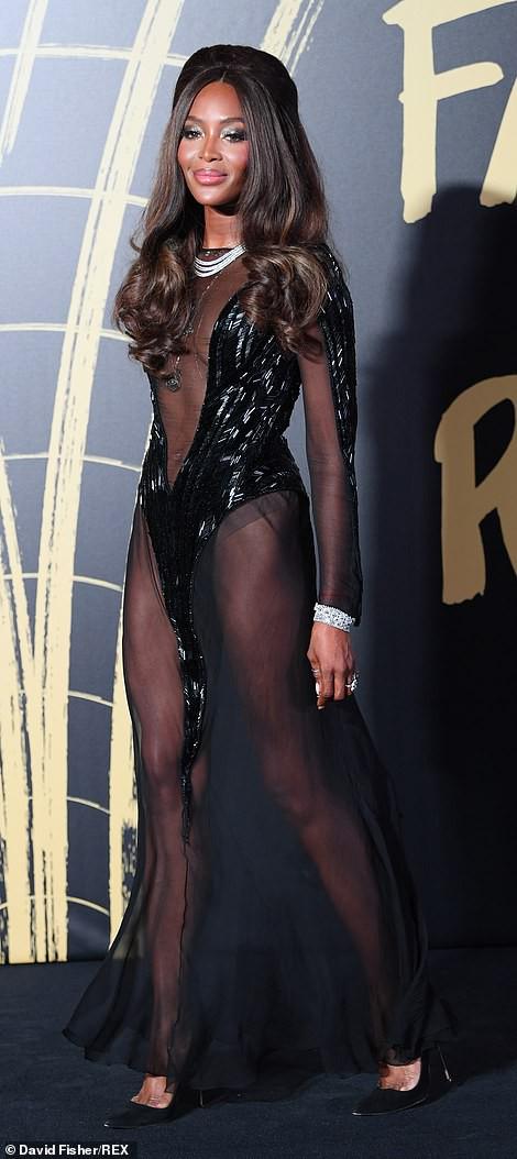 Báo đen Naomi Campbell gợi cảm với đầm xuyên thấu - Ảnh 1.