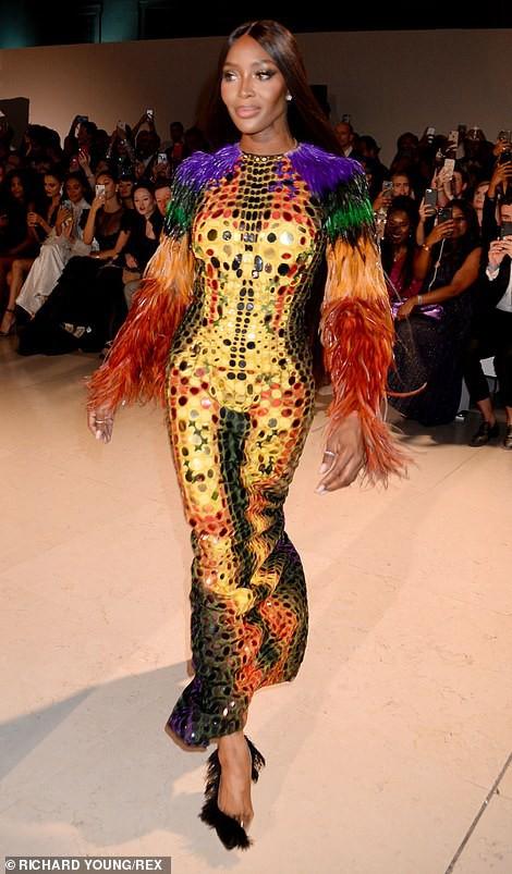 Báo đen Naomi Campbell gợi cảm với đầm xuyên thấu - Ảnh 8.