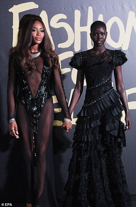 Báo đen Naomi Campbell gợi cảm với đầm xuyên thấu - Ảnh 4.
