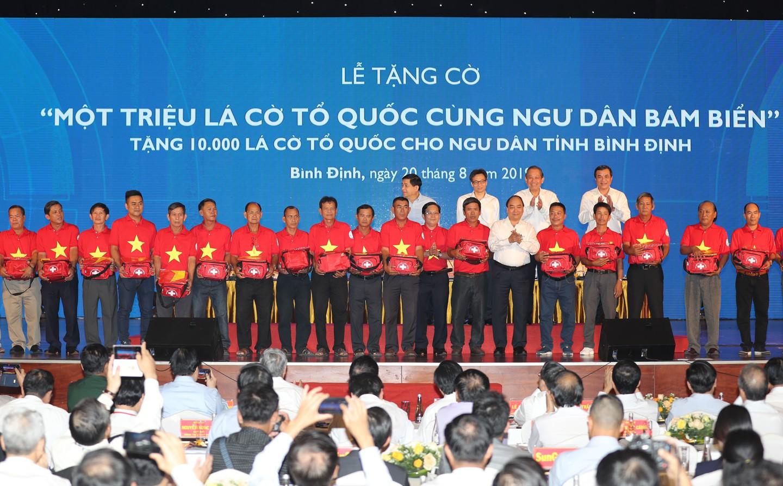 [eMagazine] Hãnh diện khi được Thủ tướng trao cờ Tổ quốc - Ảnh 2.