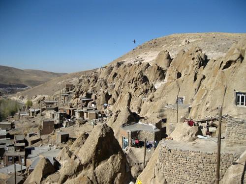 Kiến trúc hang động độc nhất vô nhị trong ngôi làng cổ bằng đá - Ảnh 1.