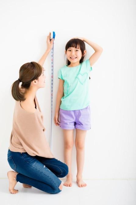 Bố mẹ thấp chẳng sao, con vẫn cao nhờ chế độ dinh dưỡng từ nhỏ - Ảnh 1.