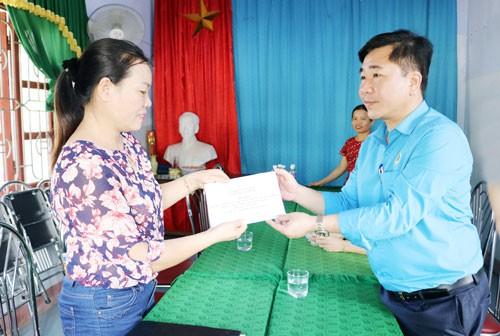 Quảng Bình: Thăm, tặng quà cho người dân vùng bão lũ - Ảnh 1.