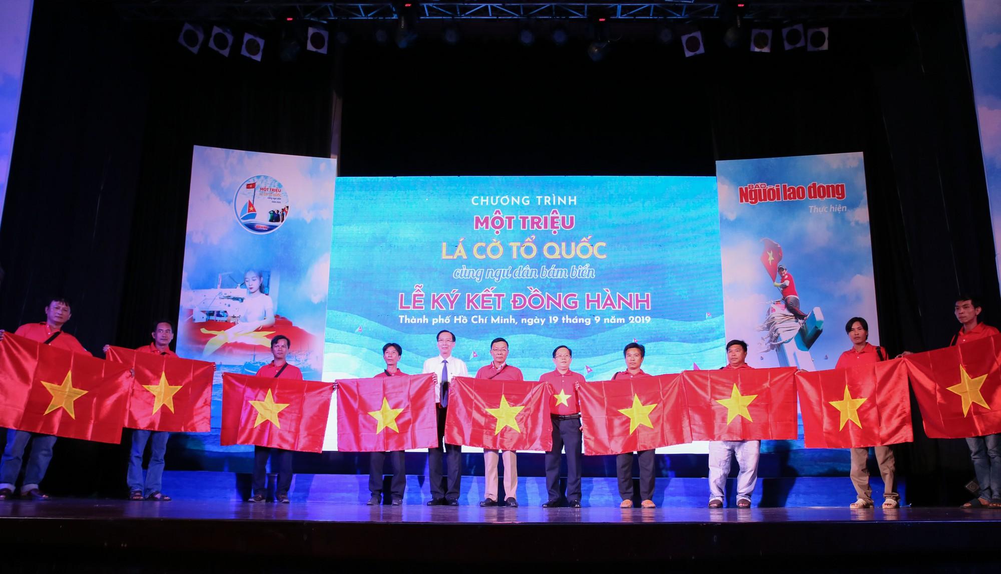 Những khoảnh khắc ấn tượng tại Lễ ký kết đồng hành Chương trình Một triệu lá cờ Tổ quốc cùng ngư dân bám biển - Ảnh 9.