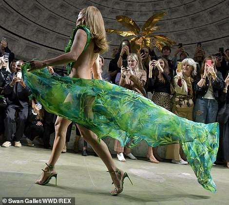 "Jennifer Lopez hở ""tứ bề"" trên sàn catwalk - Ảnh 7."