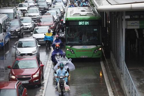 Đường riêng cho xe buýt gây ùn tắc hơn? - Ảnh 1.