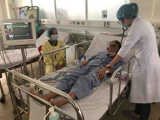 Bác sĩ tiết lộ lý do 2 bệnh nhân tim mạch nặng được cứu sống trong 1 ngày - Ảnh 2.