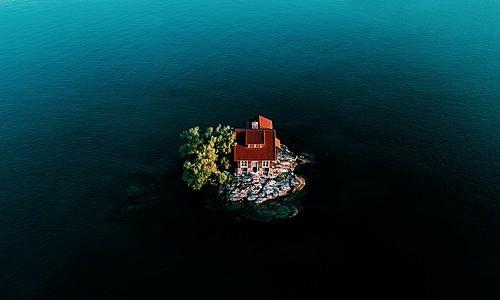 Hòn đảo nhỏ nhất thế giới có người sống - Ảnh 1.