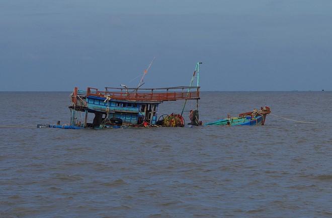4 ngư dân thoát chết sau nhiều giờ rơi xuống biển - Ảnh 1.