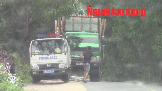 Vụ tài xế xe quá tải trình diện CSGT trong nhà dân: Trung tá CSGT bị kỷ luật - Ảnh 1.
