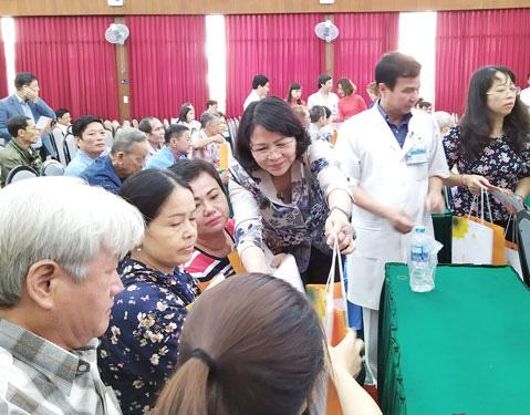 Phó Chủ tịch nước thăm, tặng quà Tết bệnh nhân ung thư - Ảnh 1.