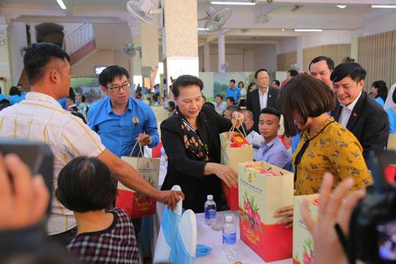 Chủ tịch Quốc hội Nguyễn Thị Kim Ngân tặng quà Tết cho công nhân Đắk Lắk - Ảnh 1.