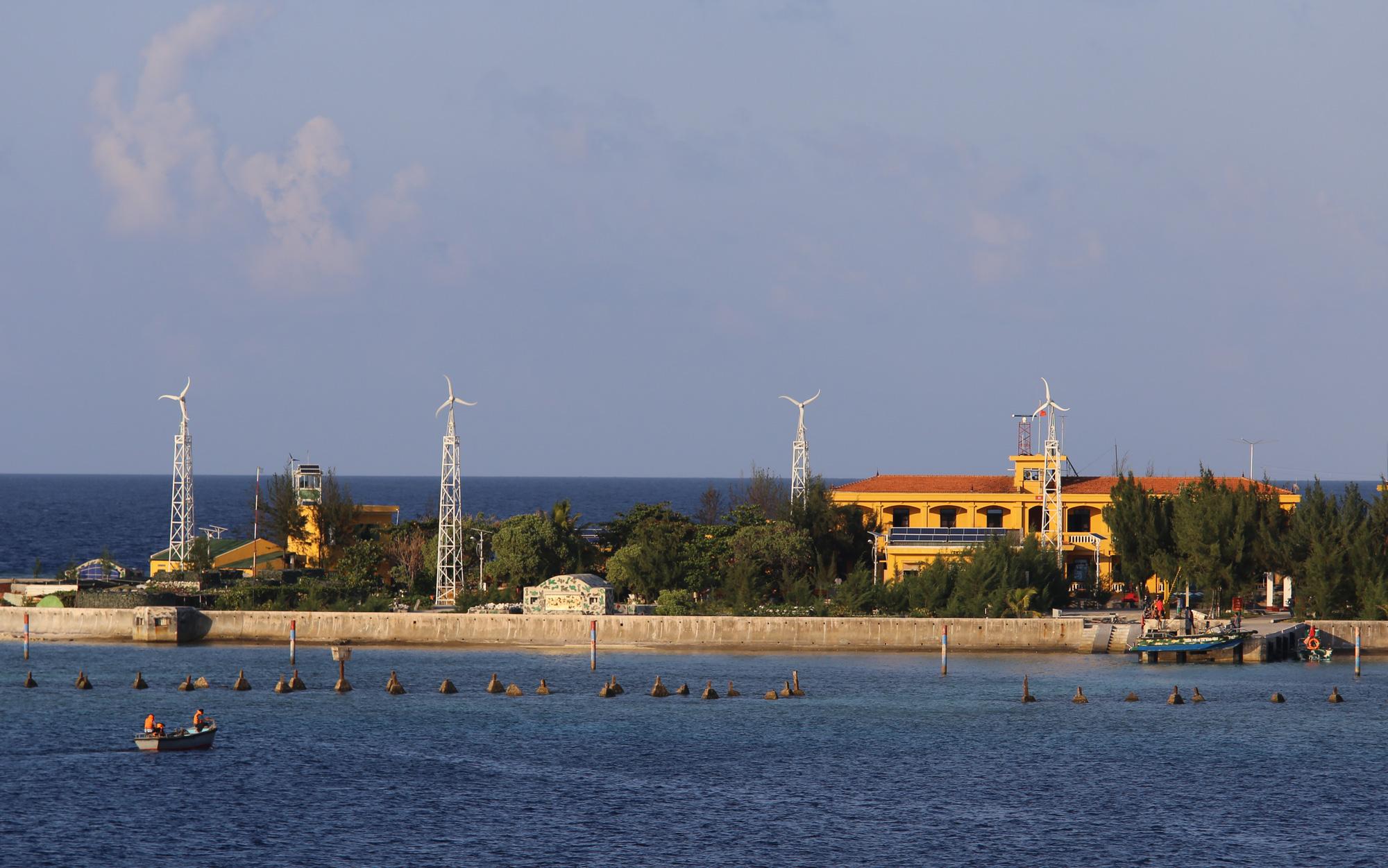 [eMagazine] Chồi xanh trên đảo Sinh Tồn - Ảnh 1.