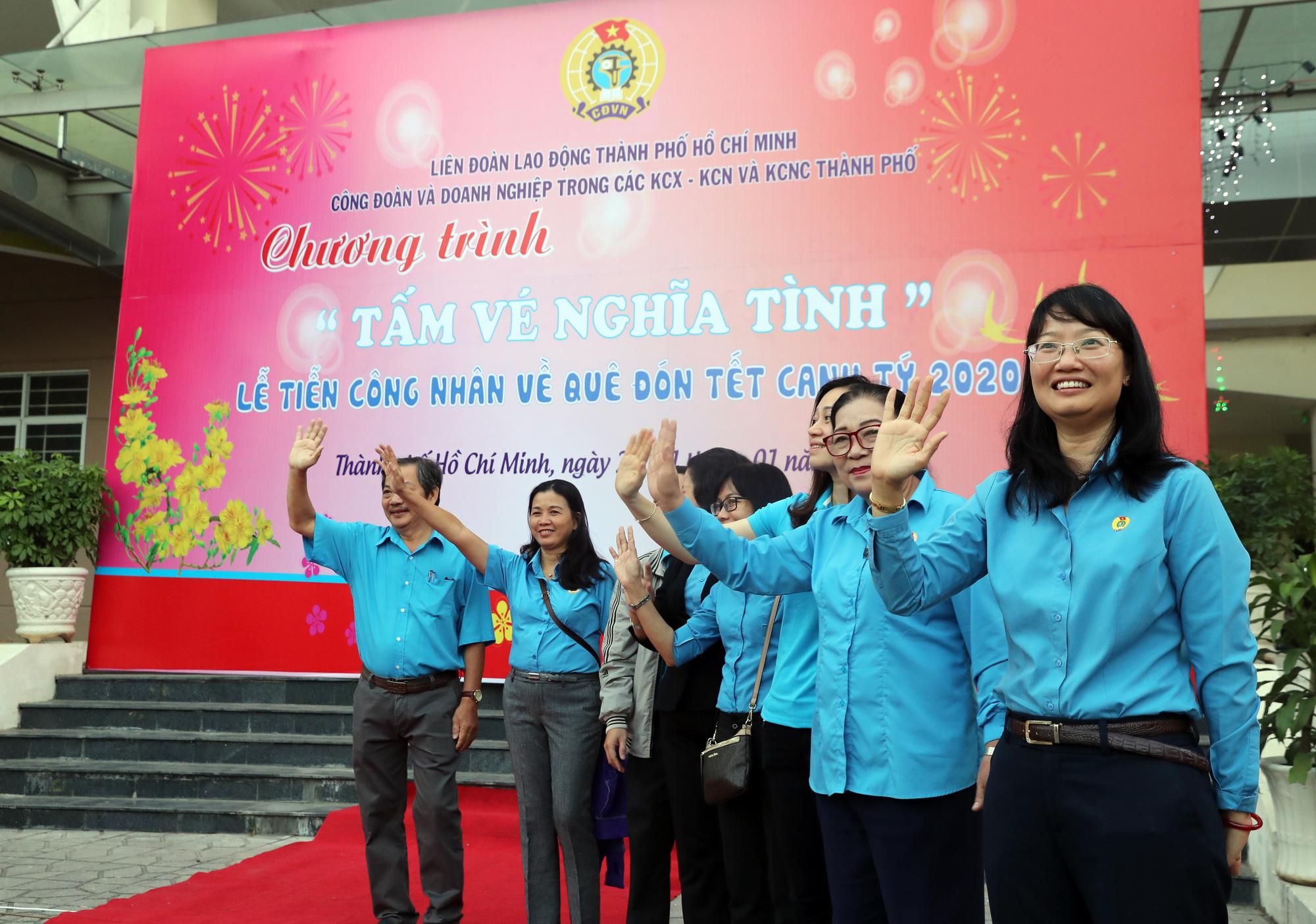 Lãnh đạo LĐLĐ TP HCM bịn rịn tiễn công nhân về quê đón Tết - Ảnh 7.