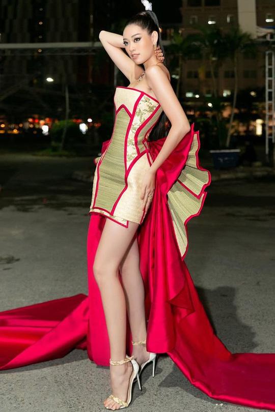 Hoa hậu Khánh Vân với thời trang chiếu độc lạ - Ảnh 1.