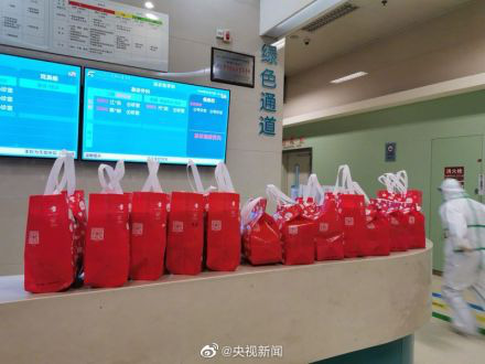 Virus Vũ Hán: Thương y, bác sĩ, người dân lặng lẽ đem cháo, bánh bao tới bệnh viện - Ảnh 4.