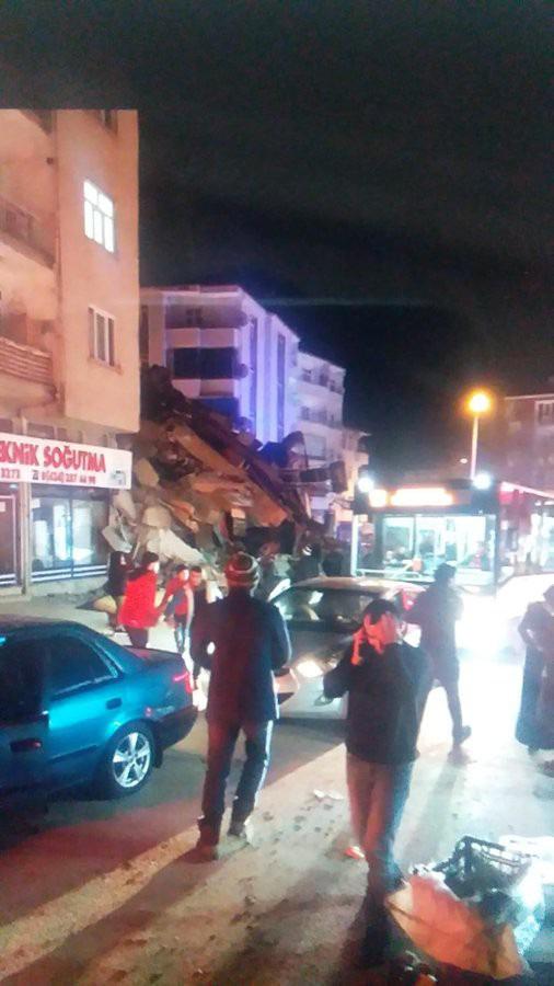Thổ Nhĩ Kỳ rung chuyển vì động đất và 60 dư chấn, hơn 560 người thương vong - Ảnh 4.